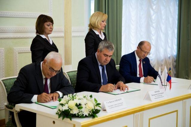 Регулярно региональные власти подписывают соглашения с предпринимателями.