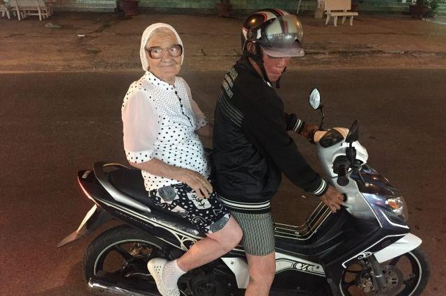 Недавно Баба Лена каталась в байкерами в Германии.