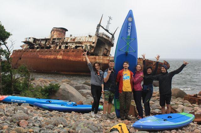 Сап-серферы совершили путешествие на остров затонувших кораблей.