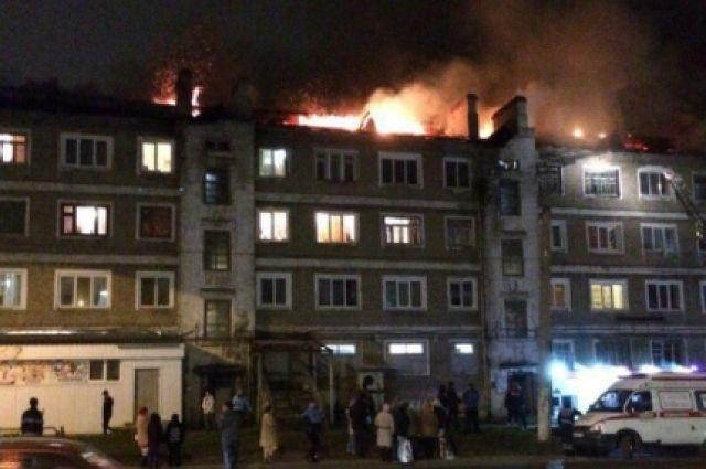 При тушении пожара пострадали несколько квартир верхних этажей.