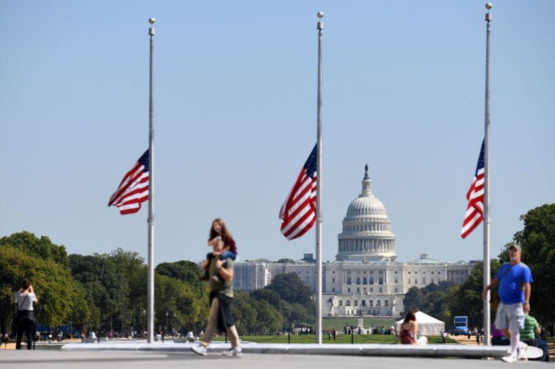Приспущенные американские флаги у здания Конгресса США.