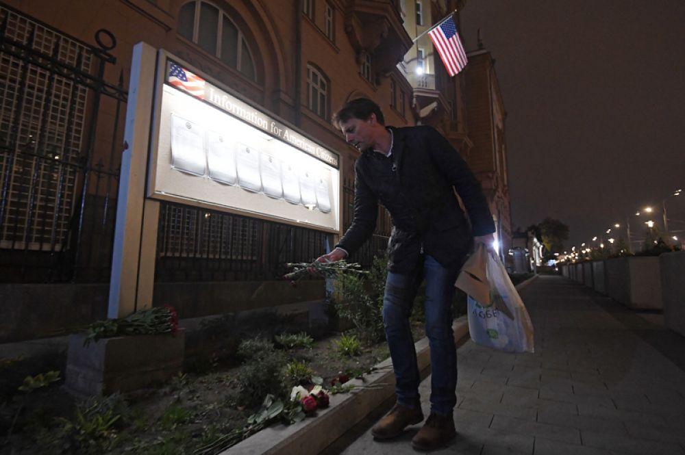 Цветы у посольства США в Москве в память о погибших в результате стрельбы в Лас-Вегасе.