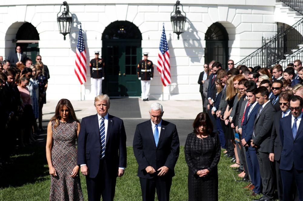 Минута молчания прошла во время заседания конгресса. Президент с супругой и другие сотрудники Белого дома вышли на лужайку, прозвучал колокольный звон.