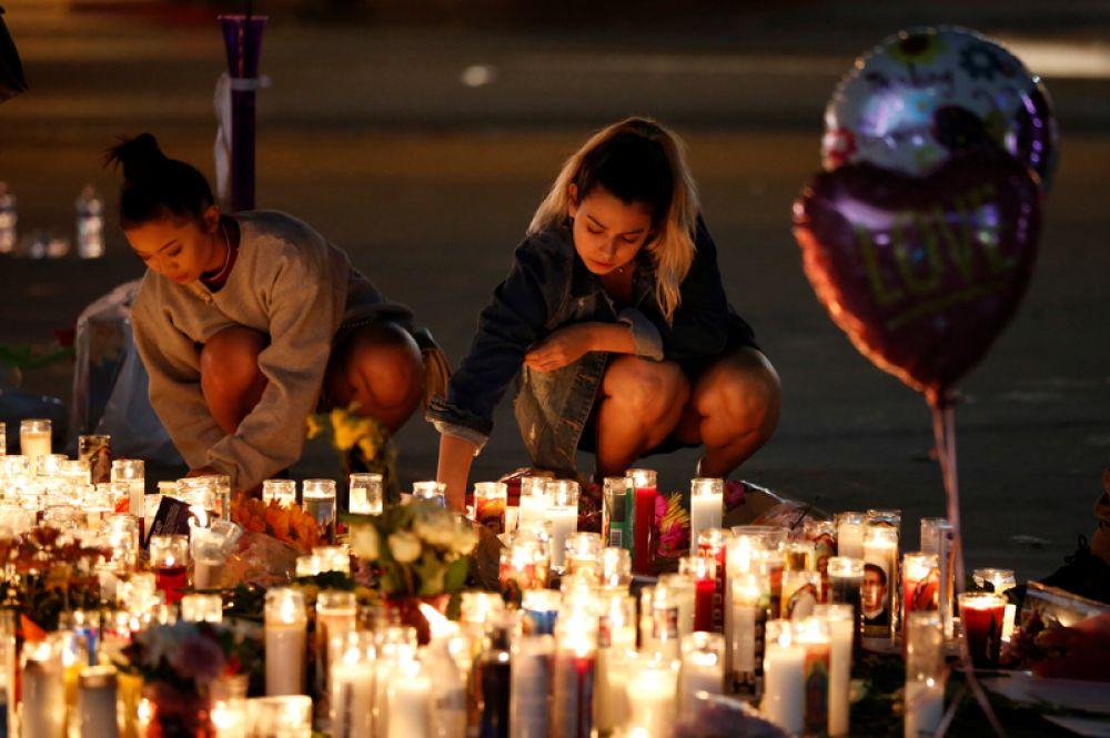 Участники акции памяти жертв трагедии в Лас-Вегасе.