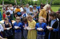 В казачьих семьях, когда девочке исполняется три года, её учат готовить.