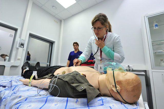 В качестве пациента выступает манекен, начинённый электроникой.