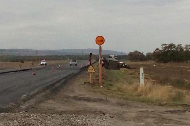 ВСтавропольском крае пострадал шофёр перевернувшегося «КамАЗа»
