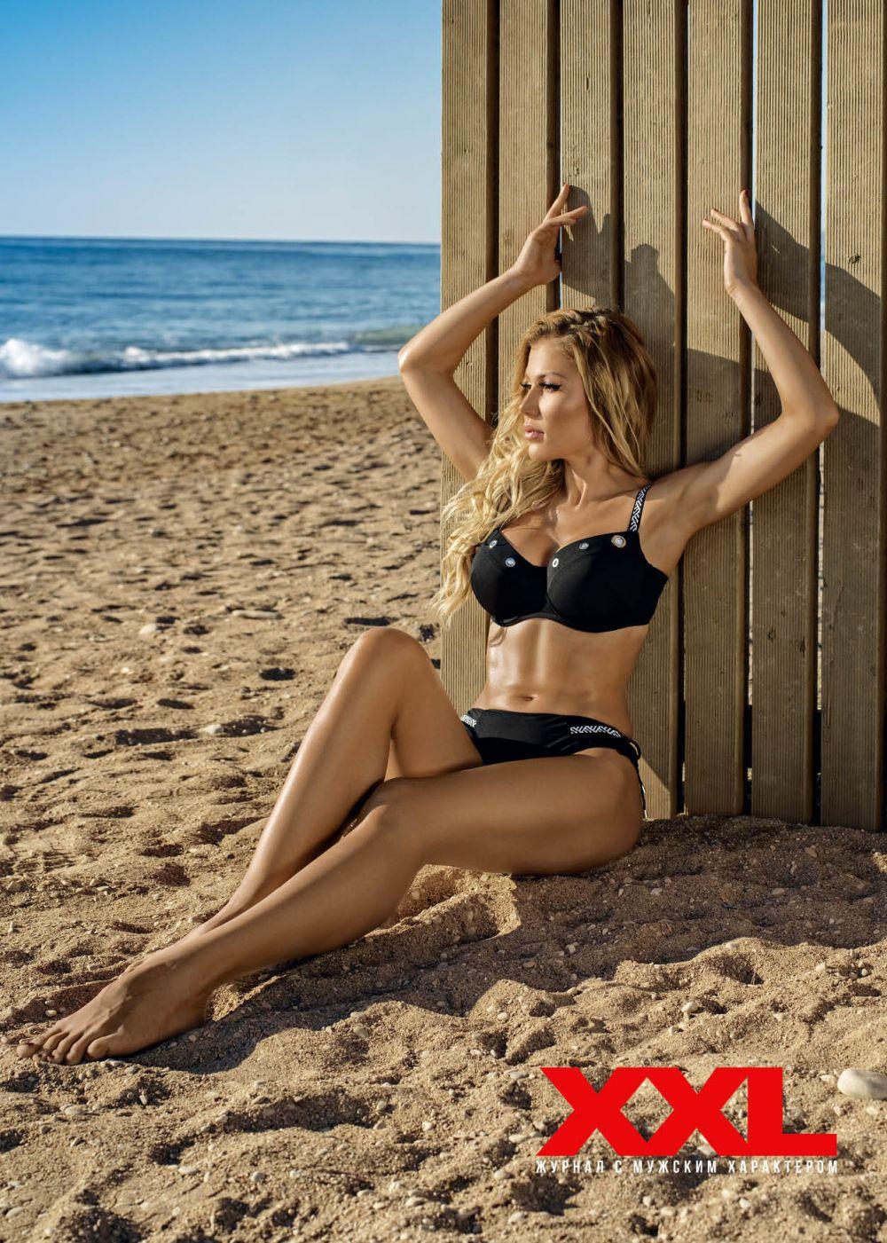 Съемка прошла на берегу моря в Турции, где Алена запечатлена на залитом солнцем пляже в купальниках и без.