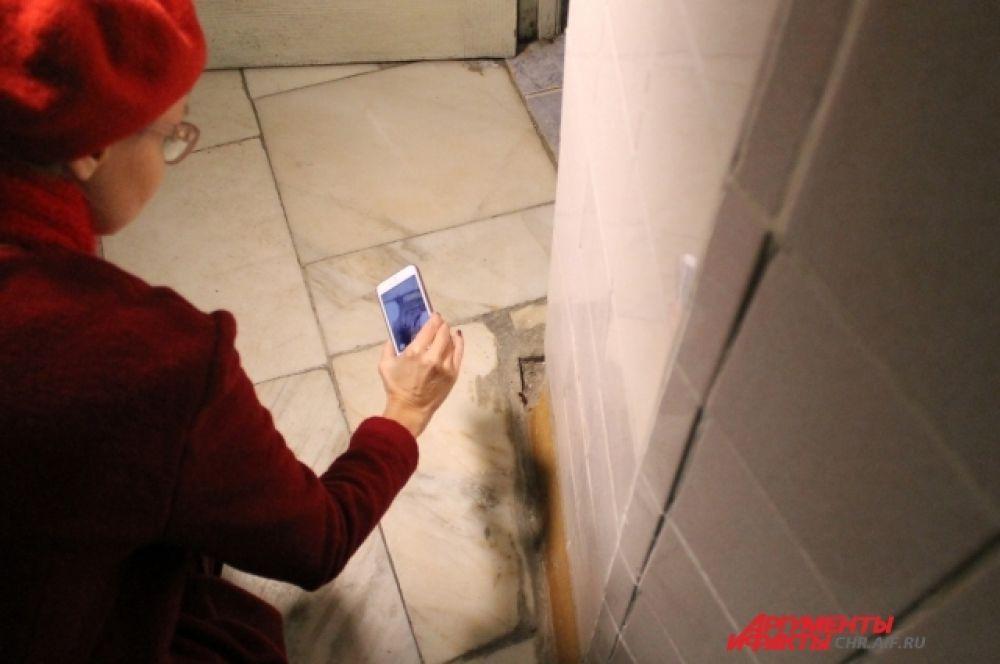 В первом же туалете Лену Летучую встретили тараканы