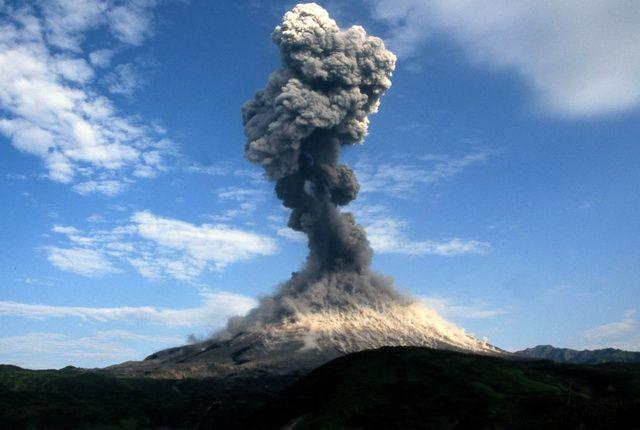 Вулкан Карымский наКамчатке выбросил столб пепла навысоту 5 километров