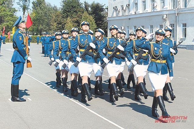 Они стали первыми: девушки - курсанты Краснодарского военного авиационного училища после принятия присяги.