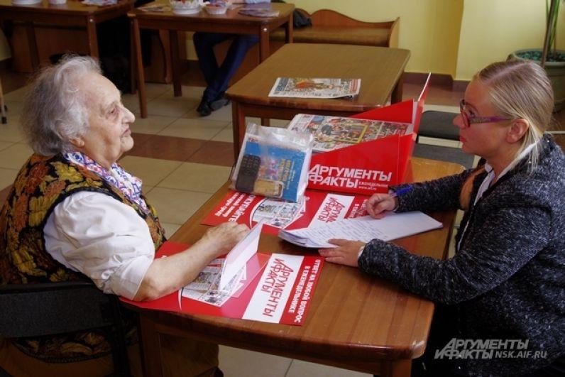 Также в холле бабушек и дедушек ждала «Народная приемная» от «АиФ на Оби», неизменного партнера Дня пожилого человека. И надо сказать, что зачастую у ветеранов желание пообщаться с журналистами доминировало над любопытством к тестированию товаров для здоровья. Редакции