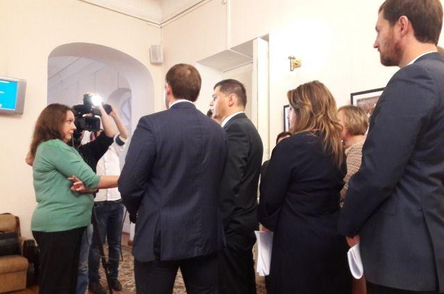 Депутаты из фракции КПРФ поясняют свою позицию журналистам.