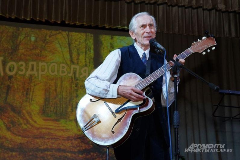 Концертная программа была составлена из народных песен и шлягеров минувших лет. Их исполняли гости из домов культуры Калининского района.