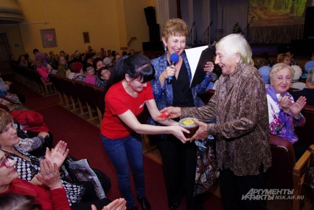 Между торжественной и концертной частью Дня пожилого человека прошла небольшая игровая пауза. Один из призов - ведерко мёда.