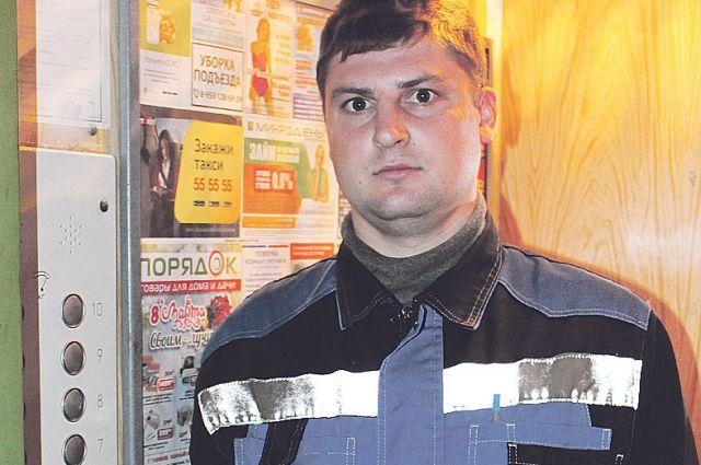 Специалист «СК-Вертикаль» Роман Иванников вновь тестирует лифт после ремонта.