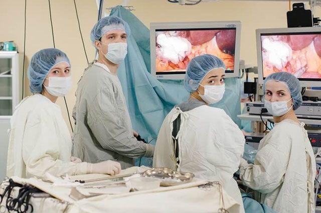 В операционной - врач-хирург, руководитель Отдела персонализированной онкологии Клинической больницы №1 «Медси» Владимир Лядов.