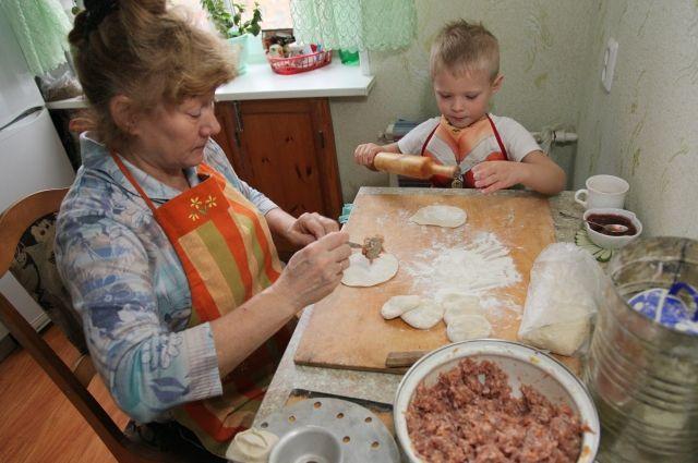 Надо готовить всем вместе: кто-то делает начинку для пирога, кто-то режет салаты.