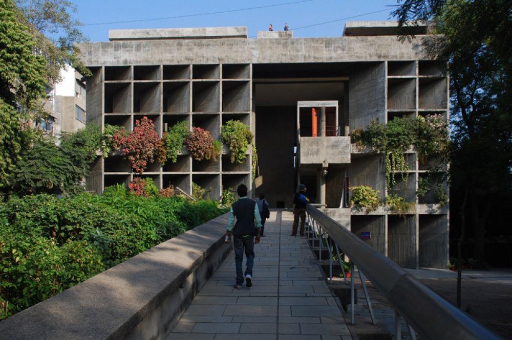 Помимо этого, в Индии по проектам Корбюзье было возведено несколько зданий в городе Ахмадабад, в частности здание Ассоциации владельцев ткацких фабрик. Фасад дома поделен на ячейки, стены которых стоят под углом и образуют тень, а прямо внутри здания растут деревья.