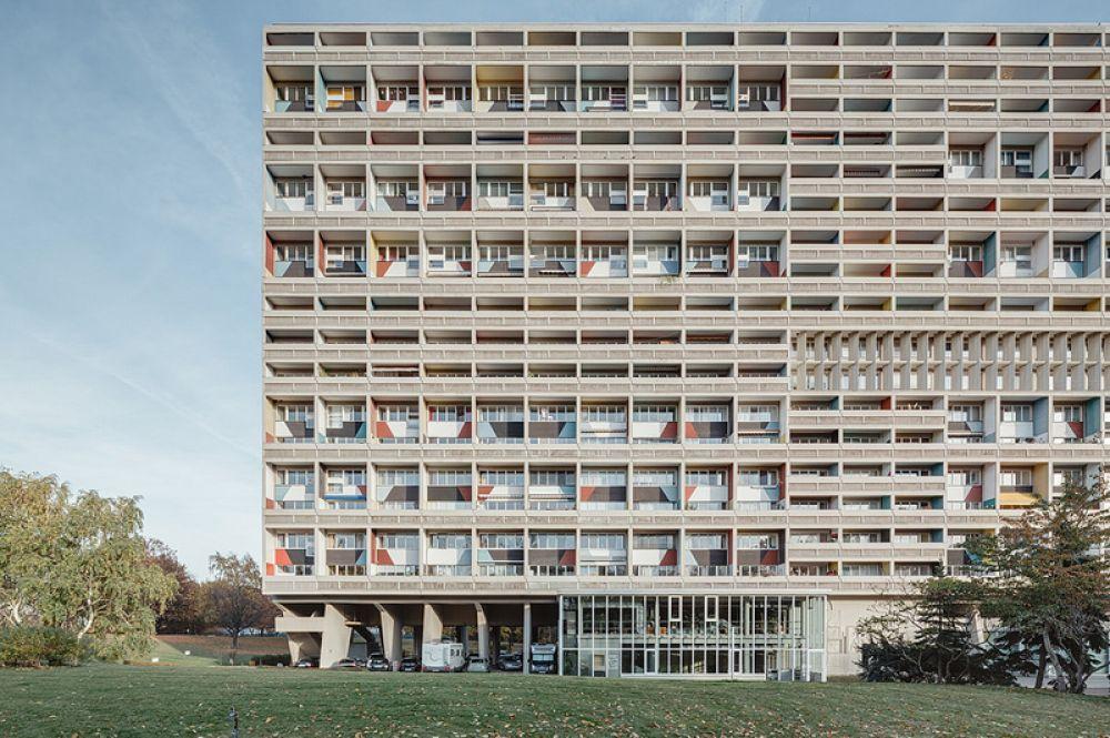 «Марсельский блок» или Unité d'Habitation — многоквартирный жилой дом в Марселе. Здание было задумано как экспериментальное жилище с идеей коллективного проживания, своего рода коммуна. Внутри здания расположен общественный комплекс услуг: кафетерий, библиотека, почта, продуктовые магазины и прочее. Стены лоджий окрашены в яркие чистые цвета.