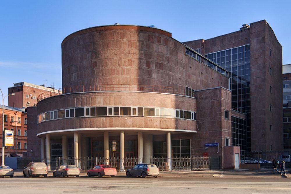 Здание Центрсоюза в Москве. В 1928 году Корбюзье участвует в конкурсе на здание Центросоюза (после постройки — Наркомлегпрома), которое затем было построено на Мясницкой улице. Центросоюз явился совершенно новым для Европы примером решения современного делового здания.