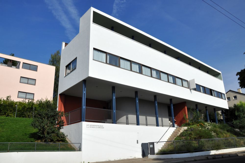 Жилой дом в Вайссенхофе. Вайсенхоф — жилой поселок в Штутгарте, построенный в 1927 году к выставке Немецкого Веркбунда. Всего было построено 21 здание по проектам известных немецких и европейских архитекторов, в том числе и Ле Корбюзье.