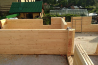 Директор фирм обещал построить деревянные дома для клиентов