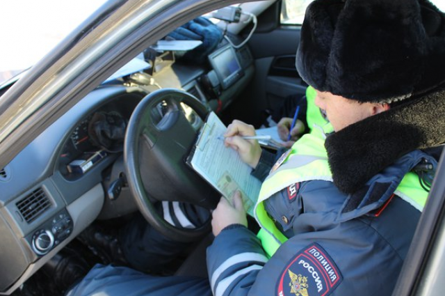 Пьяный водитель в Тюменской области наехал на инспектора ДПС