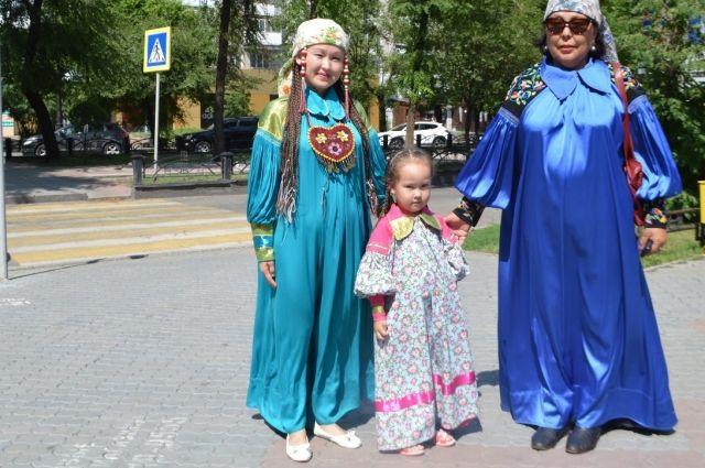 В Хакасии и сегодня можно встретить на улице женщин в национальных костюмах.