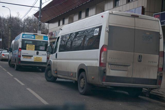 Автобус имаршрутка сшиблись наРуставели, свидетели информируют о пострадавших