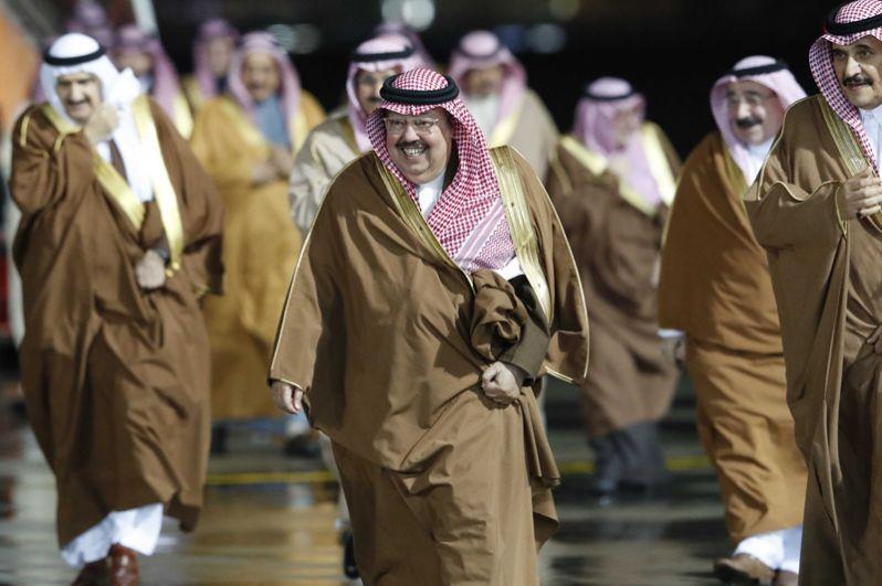 Представители делегации, сопровождающие короля Саудовской Аравии Сальмана Бен Абдель Азиз Аль Сауда, прибывающего в РФ с государственным визитом, в аэропорту «Внуково-2».