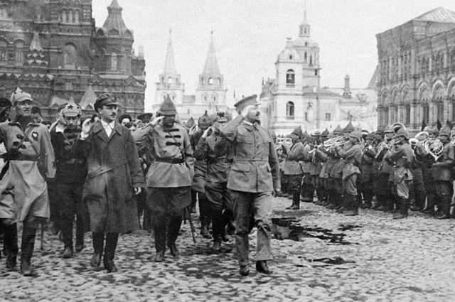 Народный комиссар по военным и морским делам Лев Троцкий принимает военный парад на Красной площади, 1921 г.