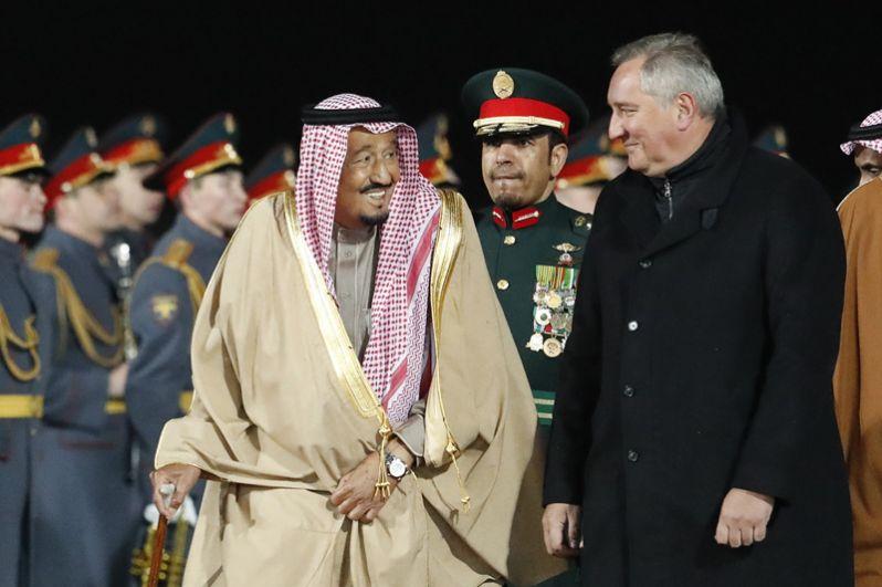 Король Саудовской Аравии Сальман Бен Абдель Азиз Аль Сауд, прибывший в РФ с государственным визитом и заместитель председателя правительства РФ Дмитрий Рогозин во время официальной встречи в аэропорту «Внуково-2».