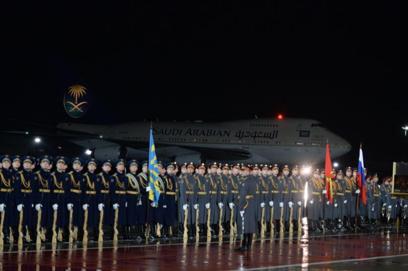 Почетный караул, выстроенный для встречи короля Саудовской Аравии Сальмана Бен Абдель Азиз Аль Сауда, прибывшего в РФ с государственным визитом, во время официальной встречи в аэропорту «Внуково-2».