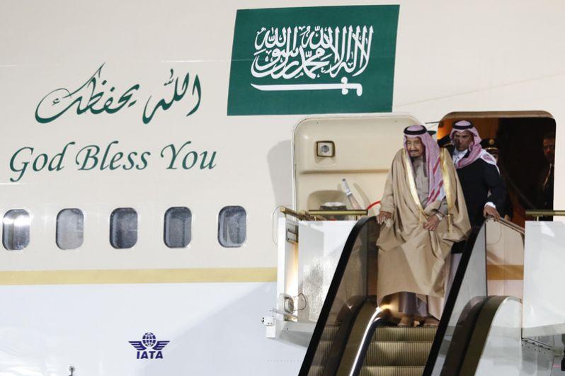 Король Саудовской Аравии Сальман Бен Абдель Азиз Аль Сауд, прибывший в РФ с государственным визитом, во время официальной встречи в аэропорту «Внуково-2».