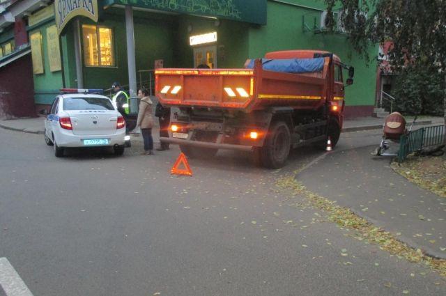 ВЗаволжском районе шофёр «Камаза» сбил коляску сгодовалым сыном