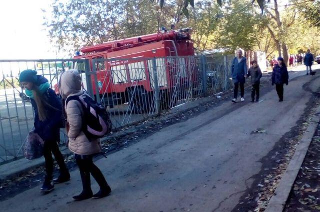 К школам Челябинска снова съехались все спасательные службы.