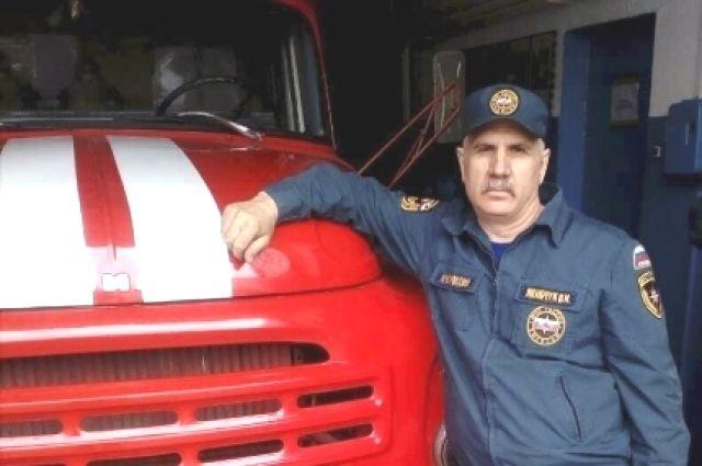 Пожарный, помогший семье во время возгорания дома.