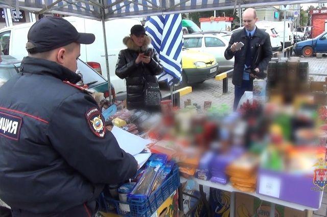 Более 100 кг «санкционки» отобрали полицейские у продавцов в Калининграде.