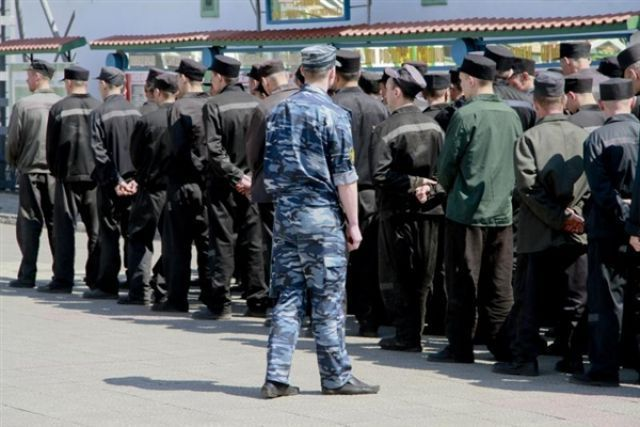 ВКрасноярске заключенные ремонтируют проспект Мира