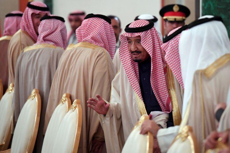 Президент РФ Владимир Путин и король Саудовской Аравии Сальман Бен Абдель Азиз Аль Сауд во время встречи в Кремле.