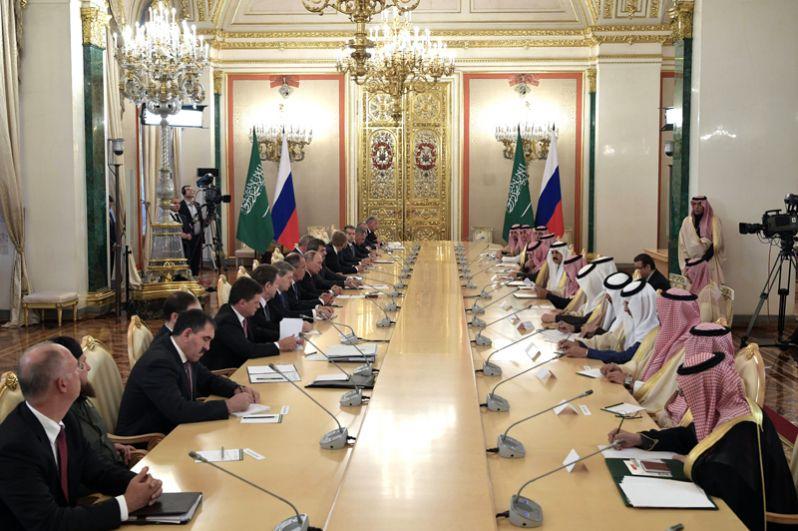 Президент РФ Владимир Путин и король Саудовской Аравии Сальман Бен Абдель Азиз Аль Сауд во время российско-саудовских переговоров.