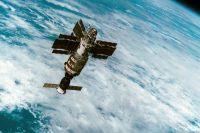 Станция «Салют-7» с космическим кораблем «Союз Т-14» во время полета. Снимок сделан с корабля «Союз Т-13».