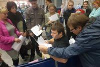 Последняя сверка списков перед отправкой с главного железнодорожного вокзала Ростова в «Орлёнок» детей, пострадавших на пожаре.