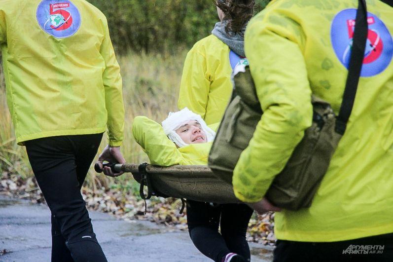 Затем призывники оказывали первую медицинскую помощь раненым в голову и колено и переносили их на руках и носилках.