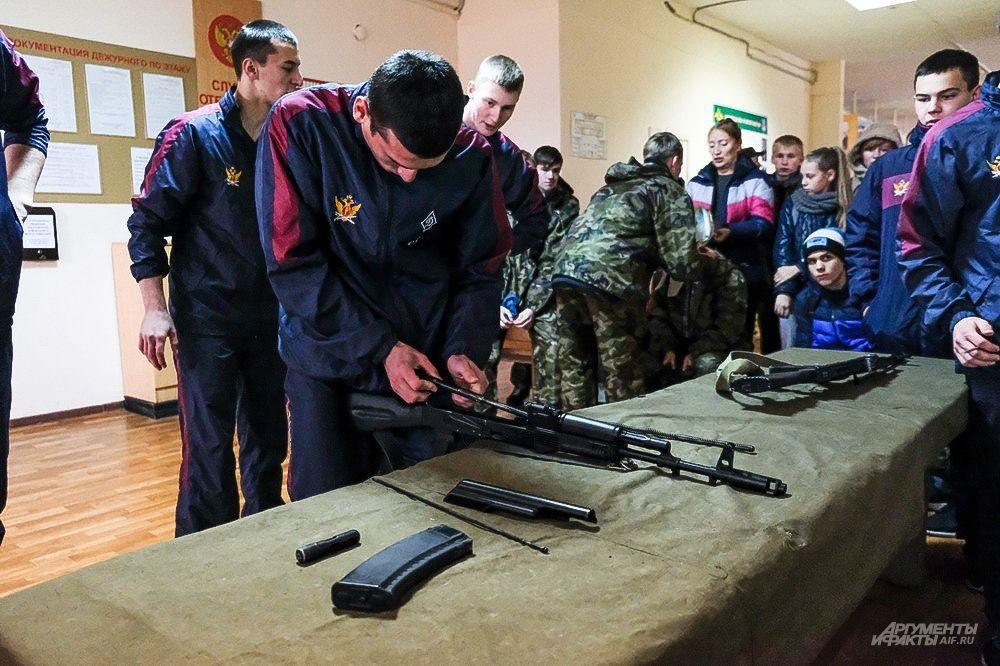 Новобранцы соревновались в скорости разборки и сборки автомата Калашникова и снаряжению магазина учебными патронами.