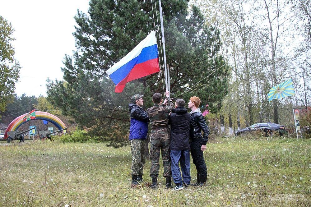 Честь поднять флаг России выпала капитанам команд.