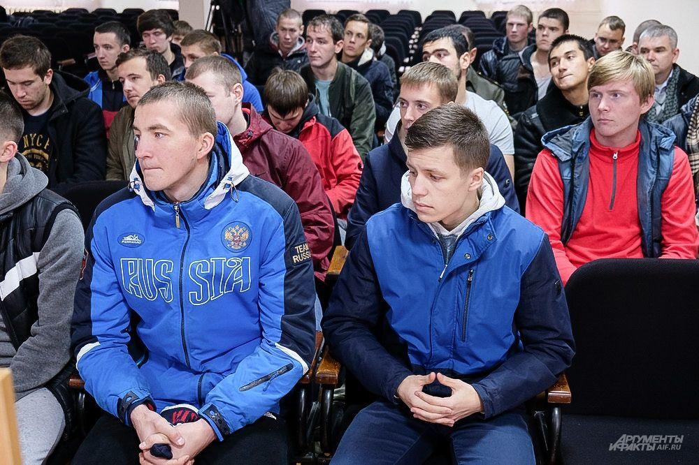Призывники собрались в актовом зале, чтобы узнать о предстоящей военной службе.