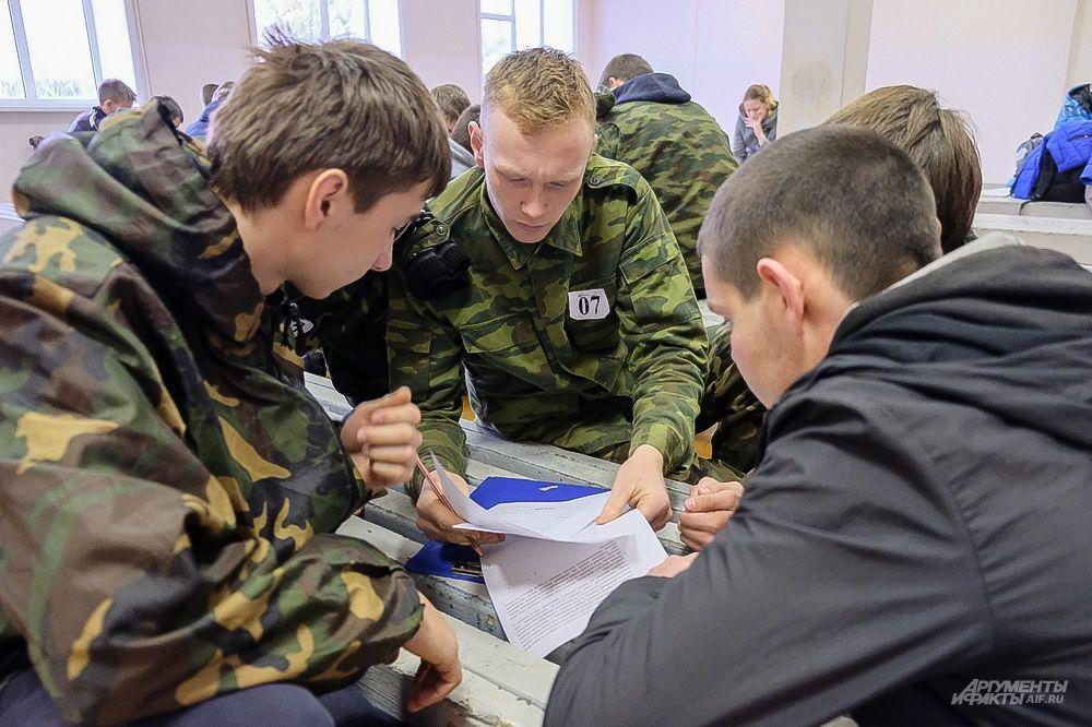 В интеллектуальном конкурсе призывники отвечали на вопросы военно-исторической викторины.