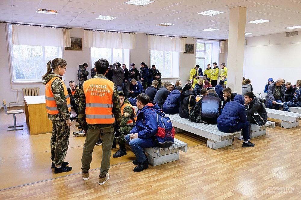 За несколько минут до начала соревнований допризывники команд участниц собрались на инструктаж в здании военкомата.